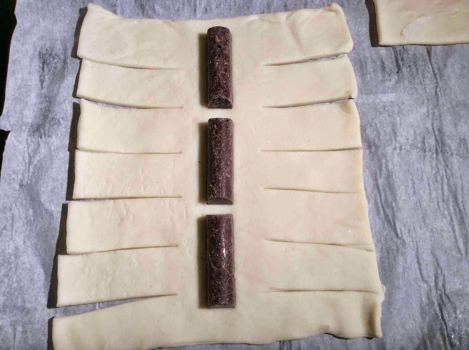 Masa de hojaldre con seis cortes y chocolate para postres en el medio