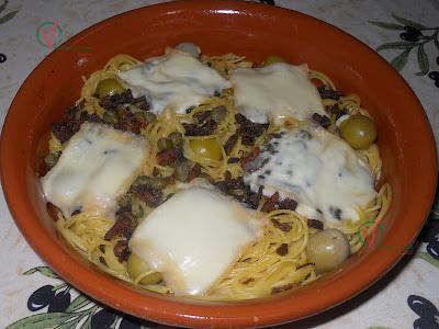 Espagueti con queso raclette y cebolla crujiente.