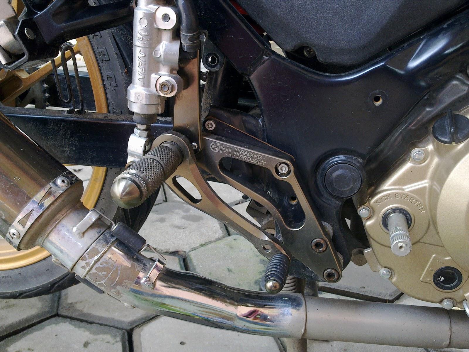 dari samping kanan, pedal rem dah diganti pake underbond NUI Racing  title=