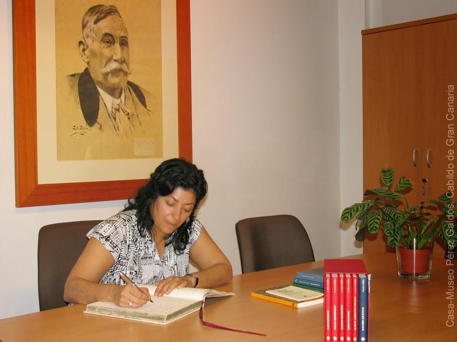 La escritora Almudena Grandes firmando en el libro de visitas de la Casa-Museo Pérez Galdós.