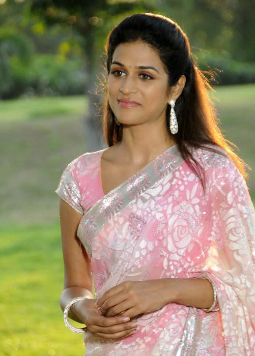 actor shraddha das in saree actress pics