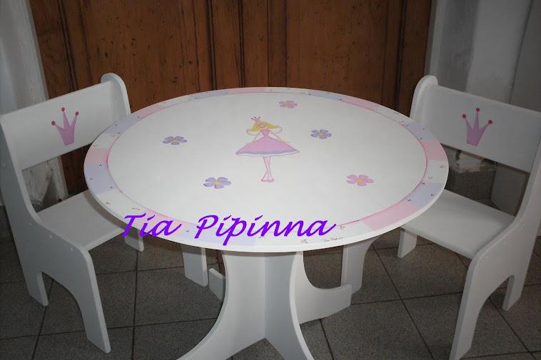 Mesa redonda y sillitas