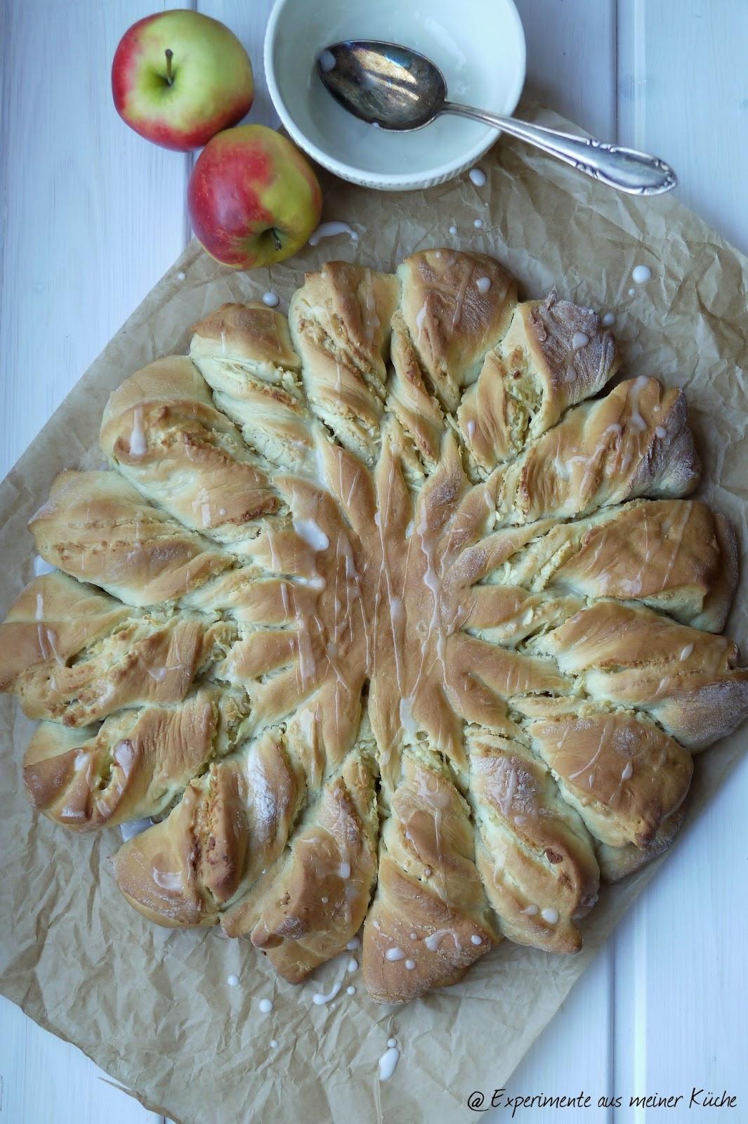 Experimente aus meiner Küche: Hefeblume mit Marzipan-Mandel-Apfel-Füllung