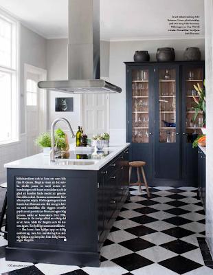 Ytterligare ett svart kök, med carraraskiva till. Här har man ett ...