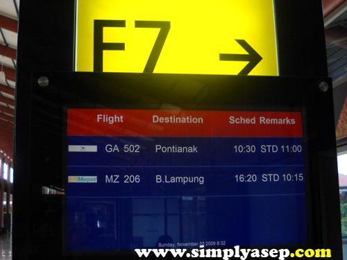 Papan Info di Bandara Soekarno Hatta.   Tiba dari Denpasar, saya langsung connect ke Pontianak.  Flight saya waktu itu GA 502. .  Foto Asep Haryono