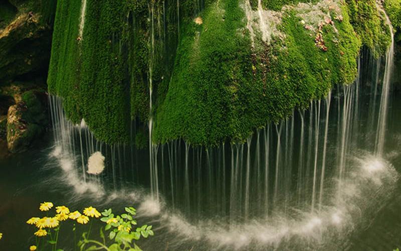 http://3.bp.blogspot.com/-RySV1HxwJec/T7ZqhcumgWI/AAAAAAAAAYc/o4rt-0_BKgM/s1600/bigar-waterfall-carass-severin-romania_2-800x500.jpg