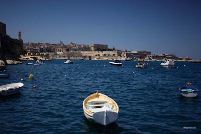 dfhoto publica tus fotos Foto panóramica de una barca con Valleta de Fondo en Malta