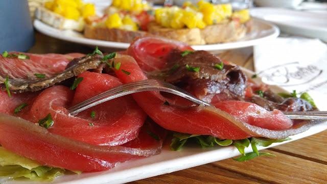 Carpaccio di pesce e bruschette di arancio a Il-Kantra Lido - Foto di Elisa Chisana Hoshi