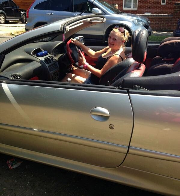 blogger in cabriolet