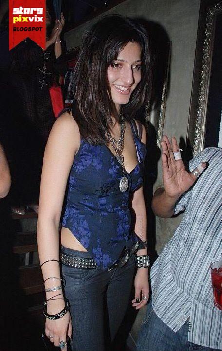 oops bollywood deepika padukone sexy bra impression thru her t sexy