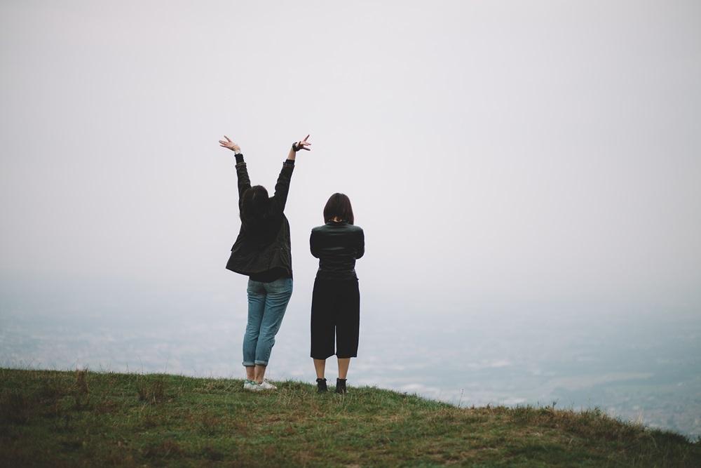 dwie dziewczyny na wzgórzu