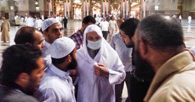 صورة اليوم: من يكون هذا الشيخ بساحة المسجد النبوى