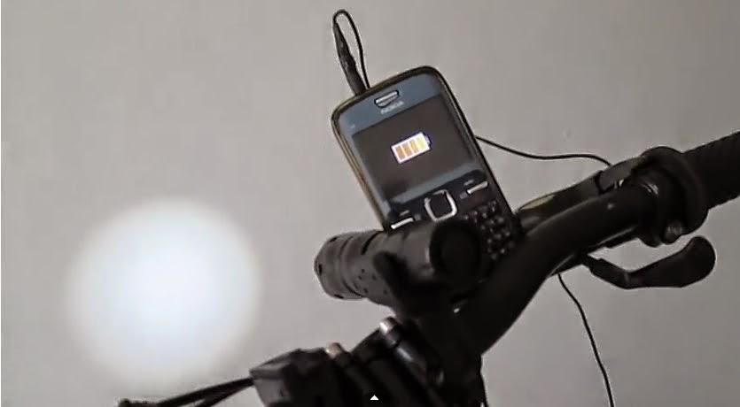 dinamo carregando a lanterna e o smartphone