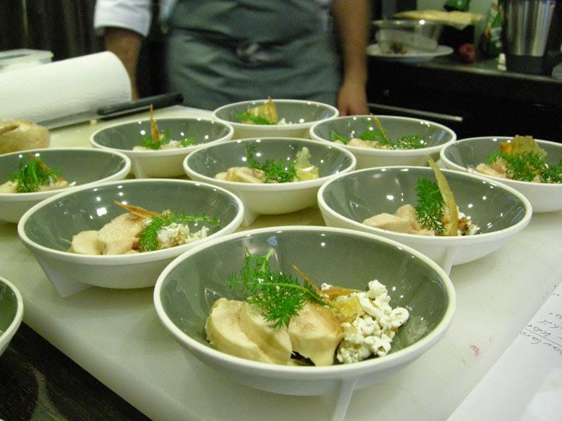 Hähnchenfleisch sous-vide gegart mit Walnüssen und Hüttenkäse