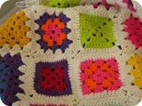 Hæklet tæppe i tjubang farver