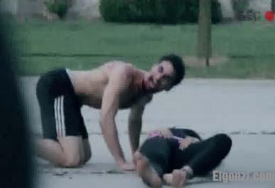zombi canibal atacando a una mujer a mordidas JUNIO 2012