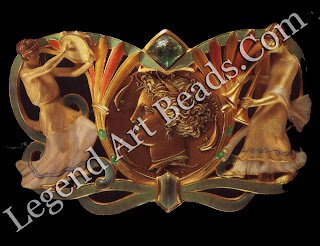 """The """"Syracuse"""" belt-buckle (1900), made of gold, enamel and cabochon emerald."""