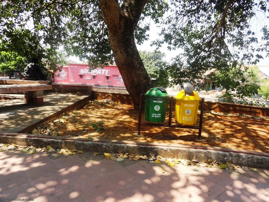 Tempat sampah yang disediakan di Taman Kanal, Jepara