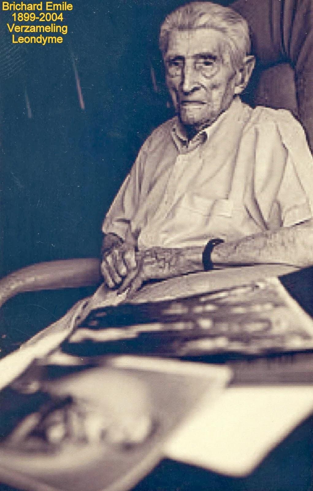 Emile Brichard poserend bij de geschreven persartikels over zijn vergeten tourprestaties. Verzameling Leondyme