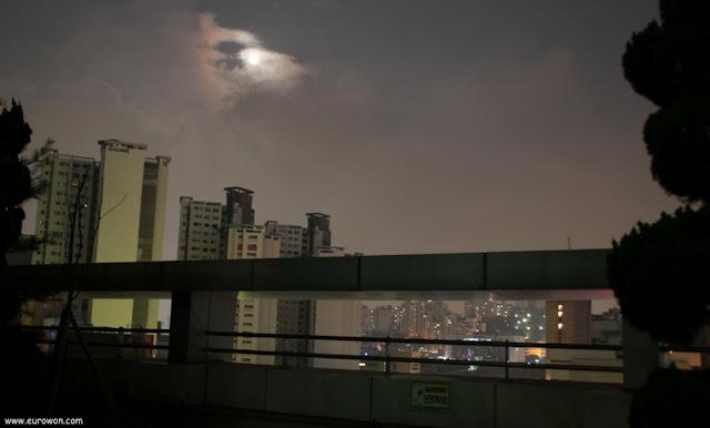 Luna llena sobre Seúl en Corea del Sur