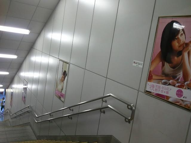 8月27日AKB48前田敦子あっちゃんの卒業式の日JR秋葉原駅中エスカレーターの広告物ポスターその2