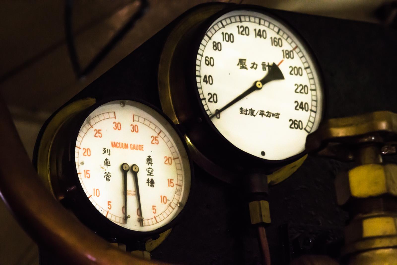 蒸気機関車の壓力計の写真