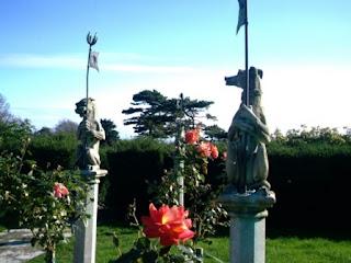 アトランティック・カレッジ (英国)イギリスのバラ園と動物の彫刻