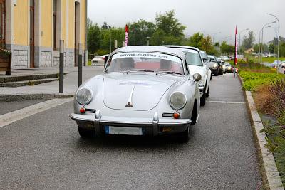 """Un long cortège de Porsche """"Classic"""" avec une 356 en tête"""