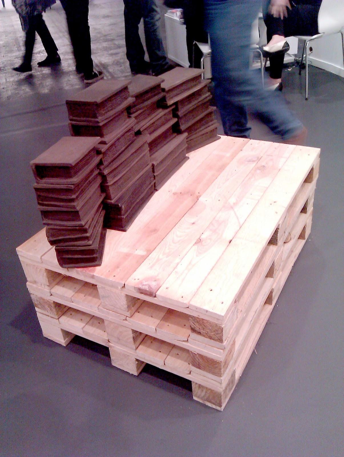 Palets en una feria de arte contempor neo s en for Como se hacen muebles con palets