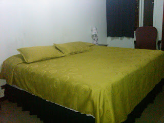 cuarto principal con cama gigante en apartamento con muebles en Bogota