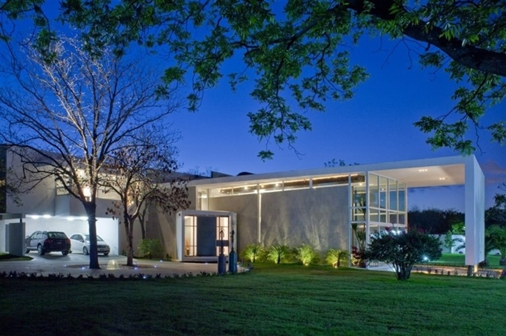 Front facade of Beautiful white house by 7xa Taller de Arquitectura at night