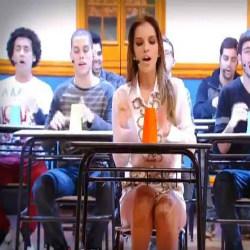 Mariana rios cantando na escola