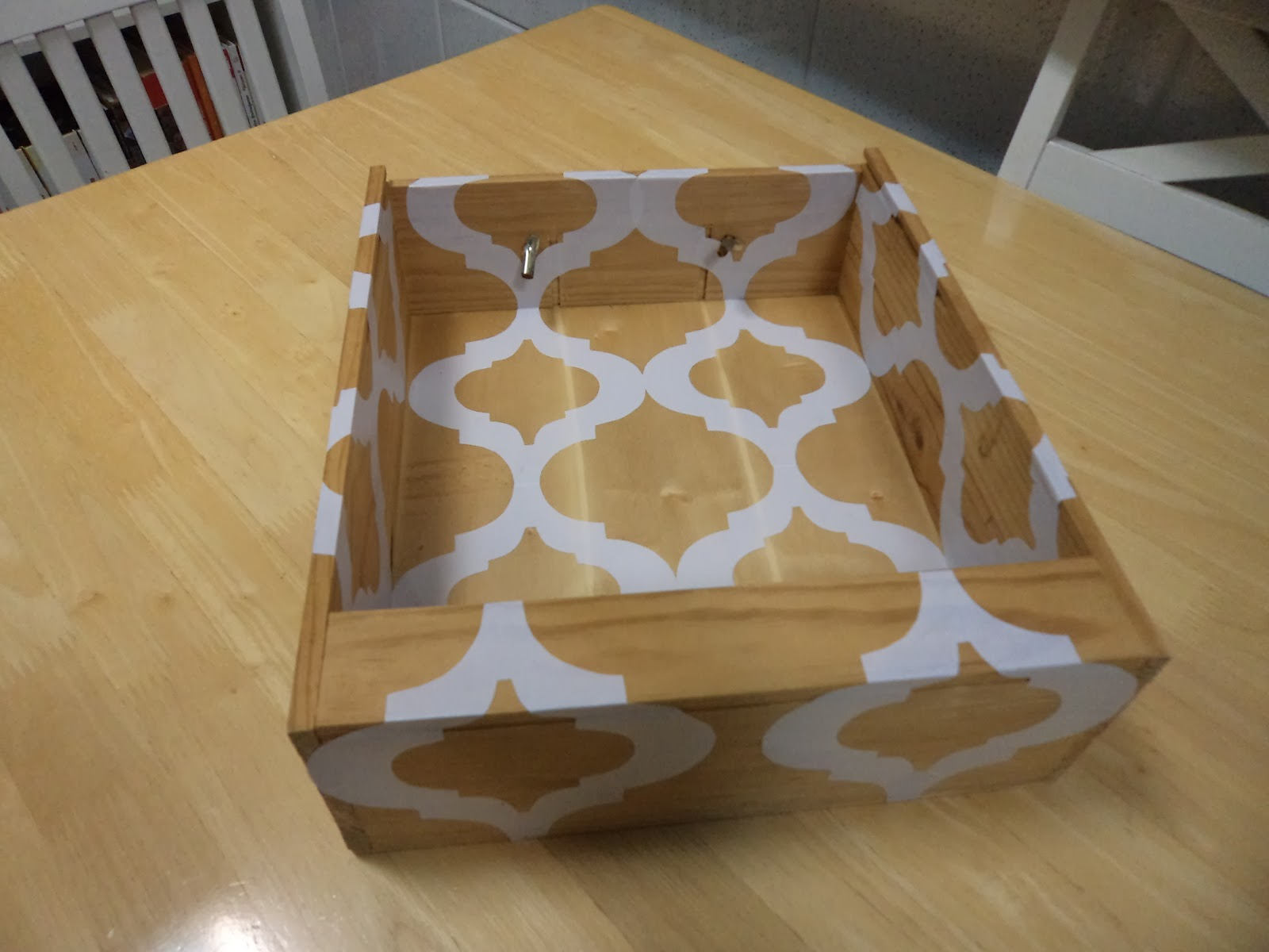 Cantinho da Guidinha: Reciclagem de caixa de madeira de vinho. #664B2C 1600x1200