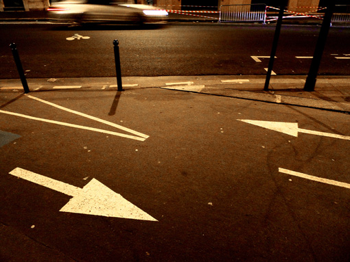paris by night paris la nuit signalisation fleche