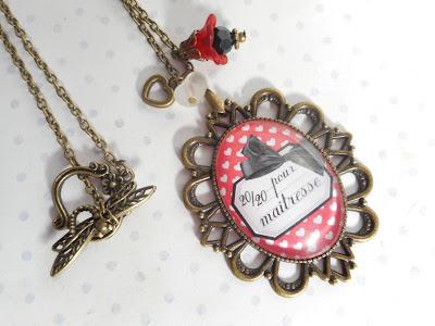 http://www.alittlemarket.com/collier/fr_collier_vintage_bronze_cabochon_verre_20_20_pour_maitresse_blanc_noir_rouge_ecole_coeur_-14882155.html