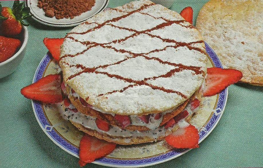 torta con gelato alla stracciatella e fragole.