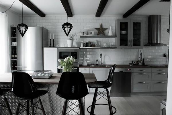 hth kök, helhetsbilder, kök 2014, industrikök, extra brett kylskåp från miele, kekel upp till taket i köket, öppna hyllor, rostfria hyllor, barpallar, svart och vitt, plåt, köksö utan spis, eva solo vattenkanna, eva solo kaffetermos, stjärna av trä, vitt golv i köket, gråa luckor, svarta lampor, taklampor, köksplanering, stumpastake, dödens lampor, tvåfota design, vinflaskor i köket