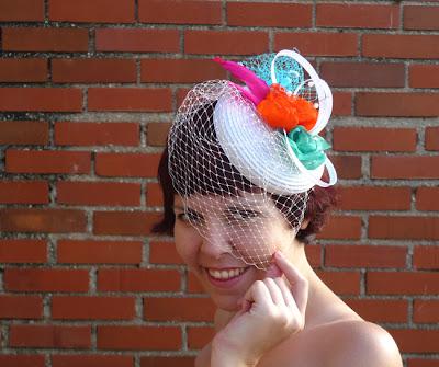 tocado para invitadas de boda blanco con flores y velo ojuilla