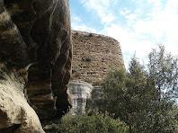 El Castell de Taradell sobre una gran balma
