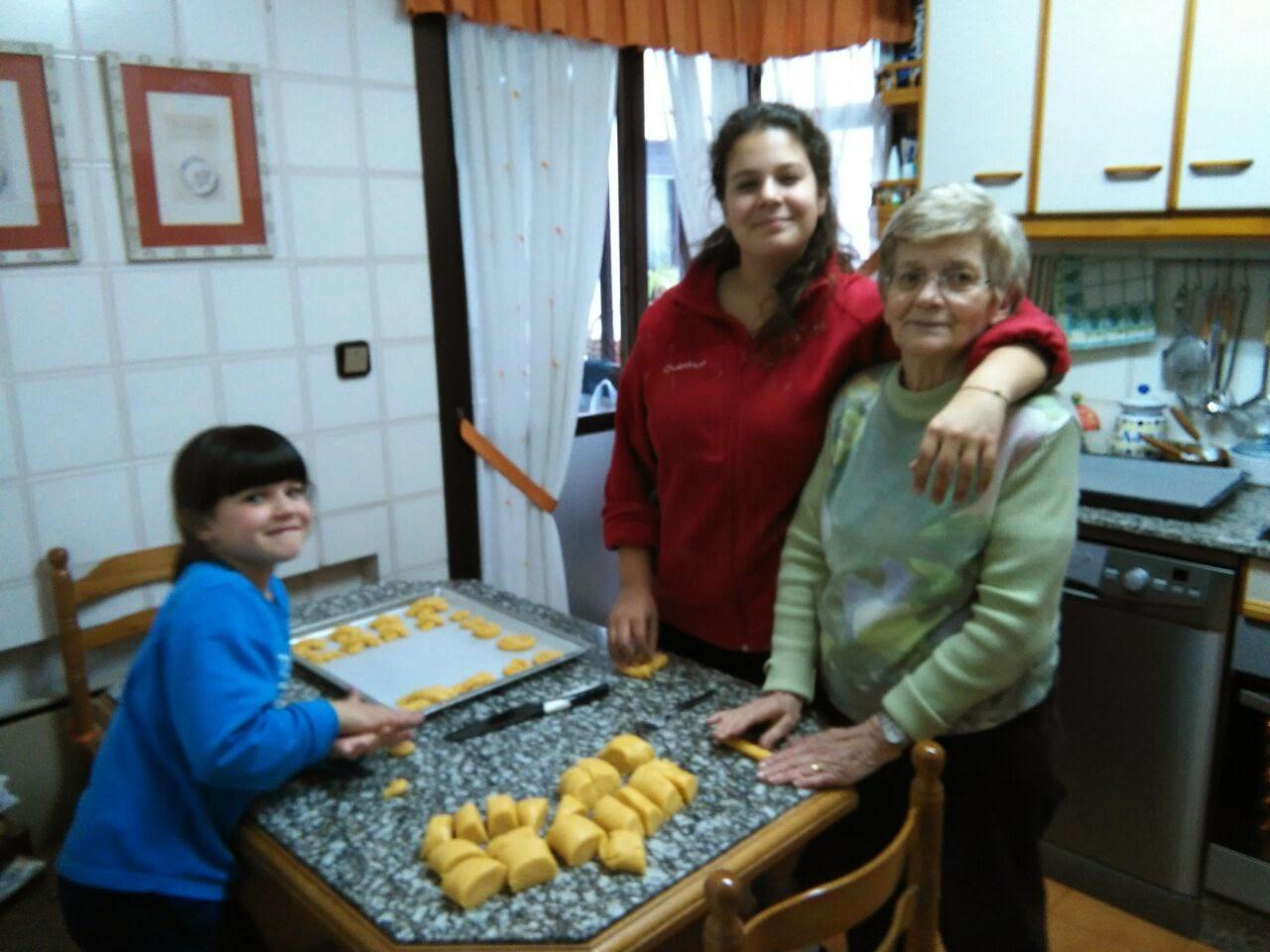 Chelo Álvarez García y sus nietas Gara e Iria, haciendo marañuelas. Abril 2015. Foto Cristina Negro Álvarez