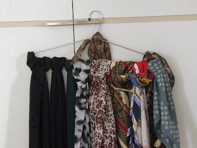lenços e echarpes; organizando o armário; organização; arrumação do quarto; arrumando o armário