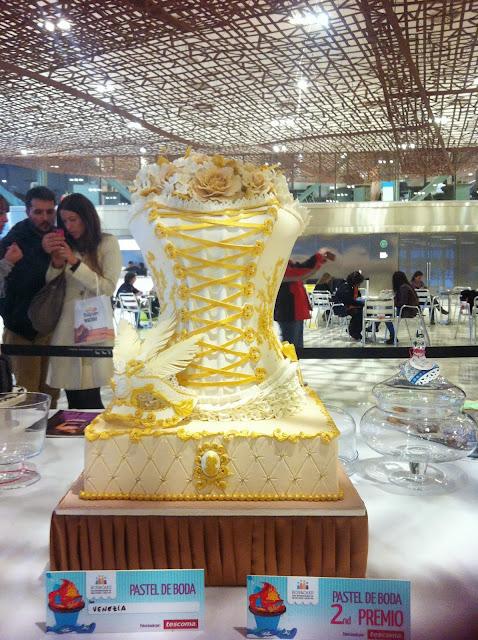 pastel fondant con forma de corsé