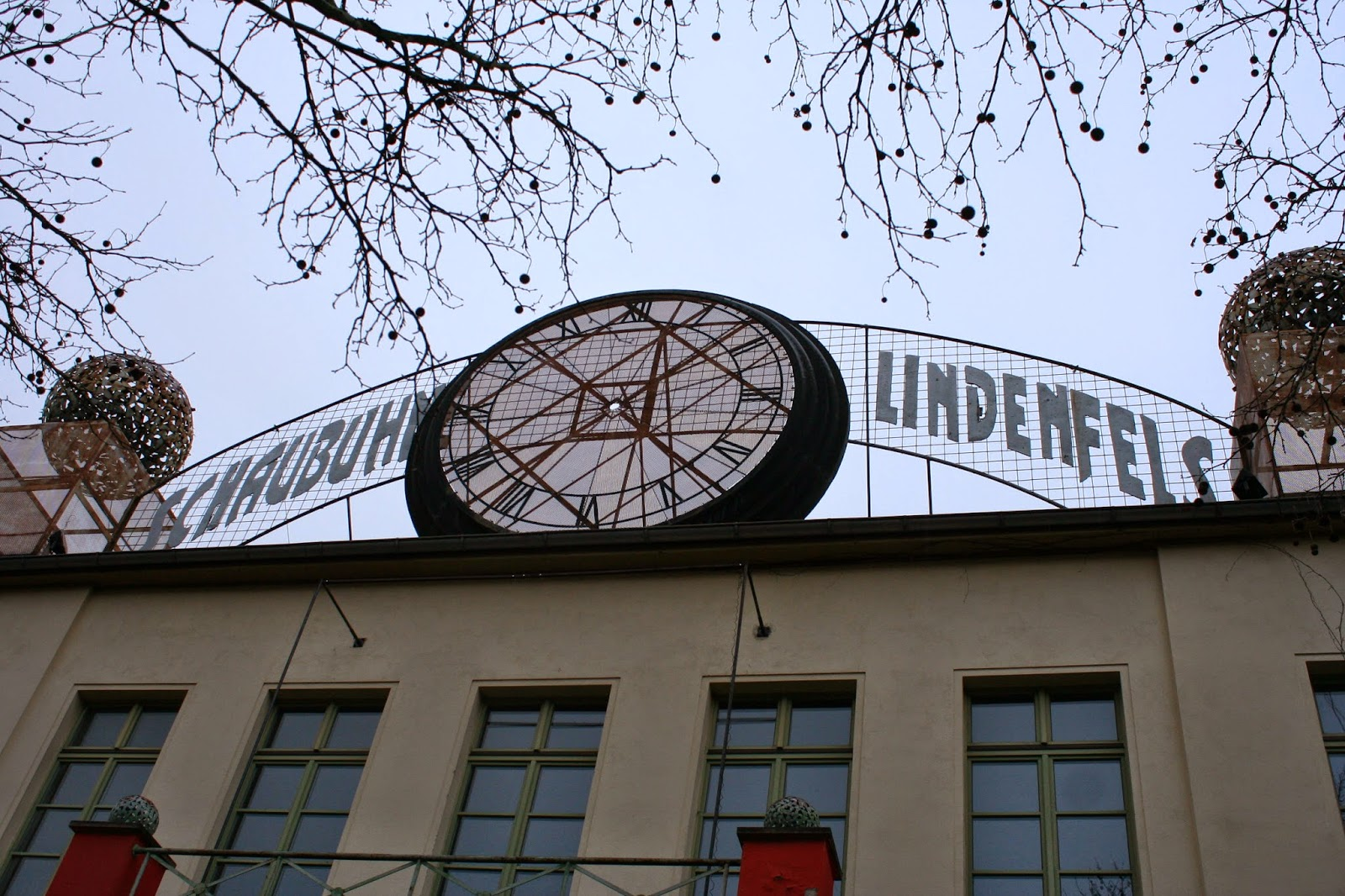 """Hier die Aufschrift """"Schaubühne Lindenfels"""" auf dem Gebäude - nach vielen Umbennungen wie ab 1904 in """"Schloss Lindenfels"""" sowie später """"Lichtspieltheater Lindenfels"""" erhielt das Haus seinen jetzigen Namen"""