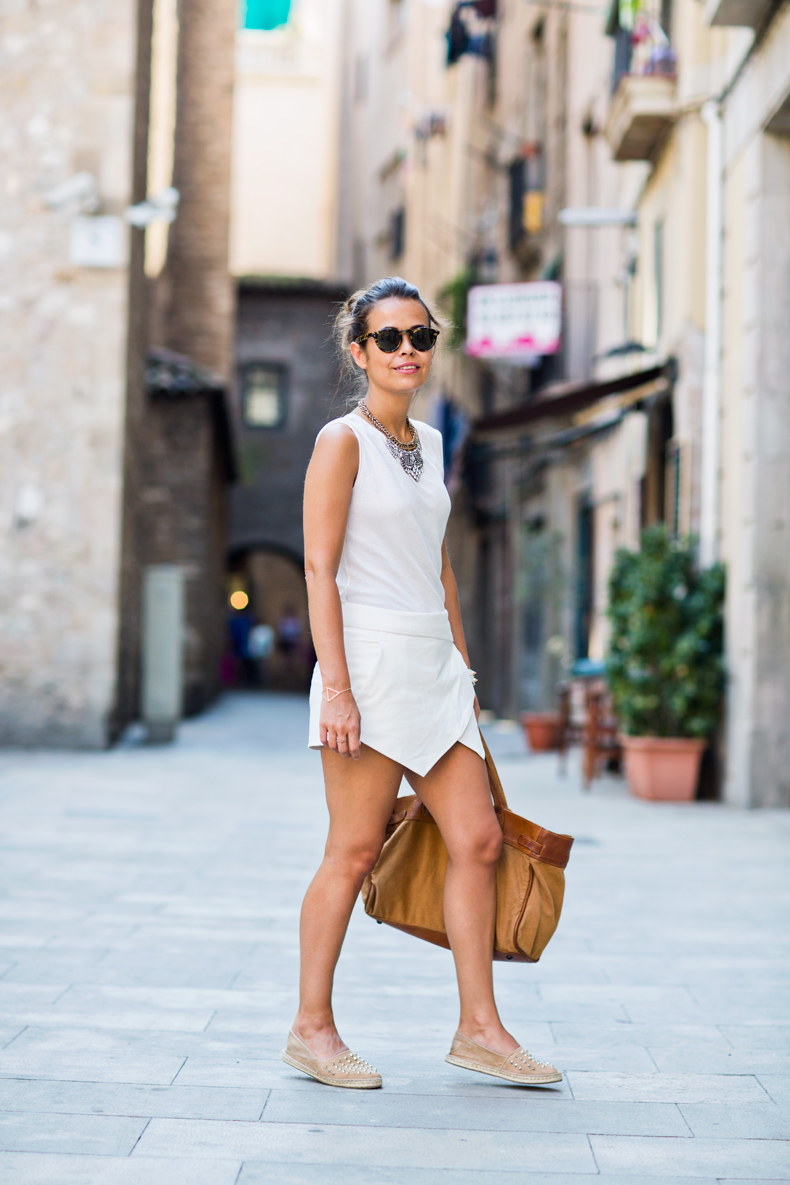 To combat the high temperatures I chose a total white outfit with Zara skort (you can see another look here), basic top and cream studded espadrilles.