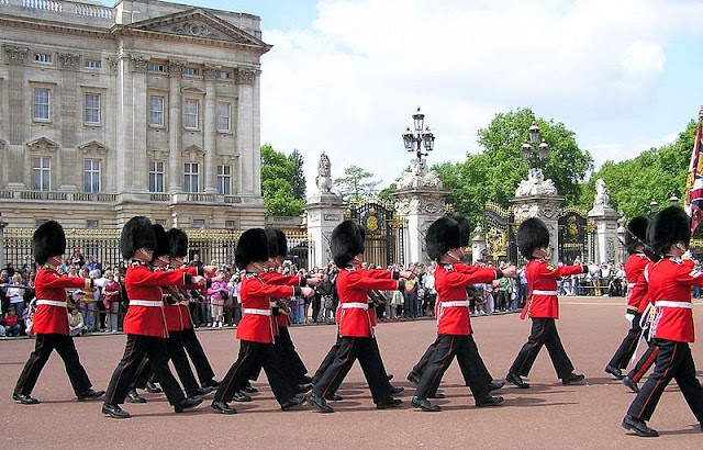 Changing of the guard in Buckingham Palace - London things to do