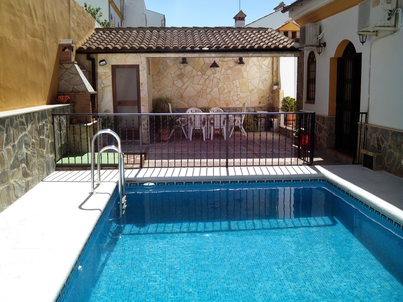 Patios con piscina for Decoracion patio con piscina