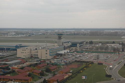 Η μέση διάρκεια των απευθείας πτήσεων από το αεροδρόμιο της Αθήνας προς το αεροδρόμιο της Βουκουρεστίου είναι 1 ώρα και 30 λεπτά περίπου.
