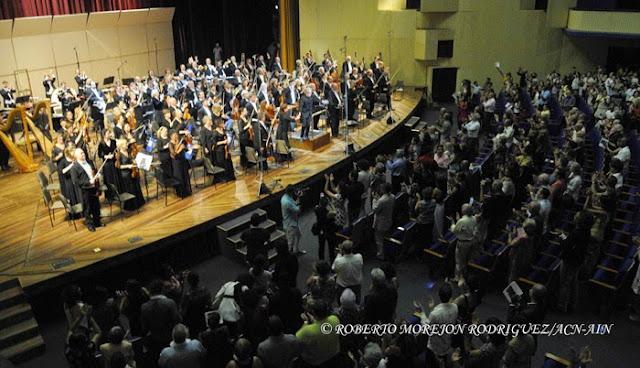 El público ovaciona a la Orquesta Sinfónica de Minnesota, durante su segunda presentación, en el Teatro Nacional de Cuba, en  La Habana, el 16 de mayo de 2015