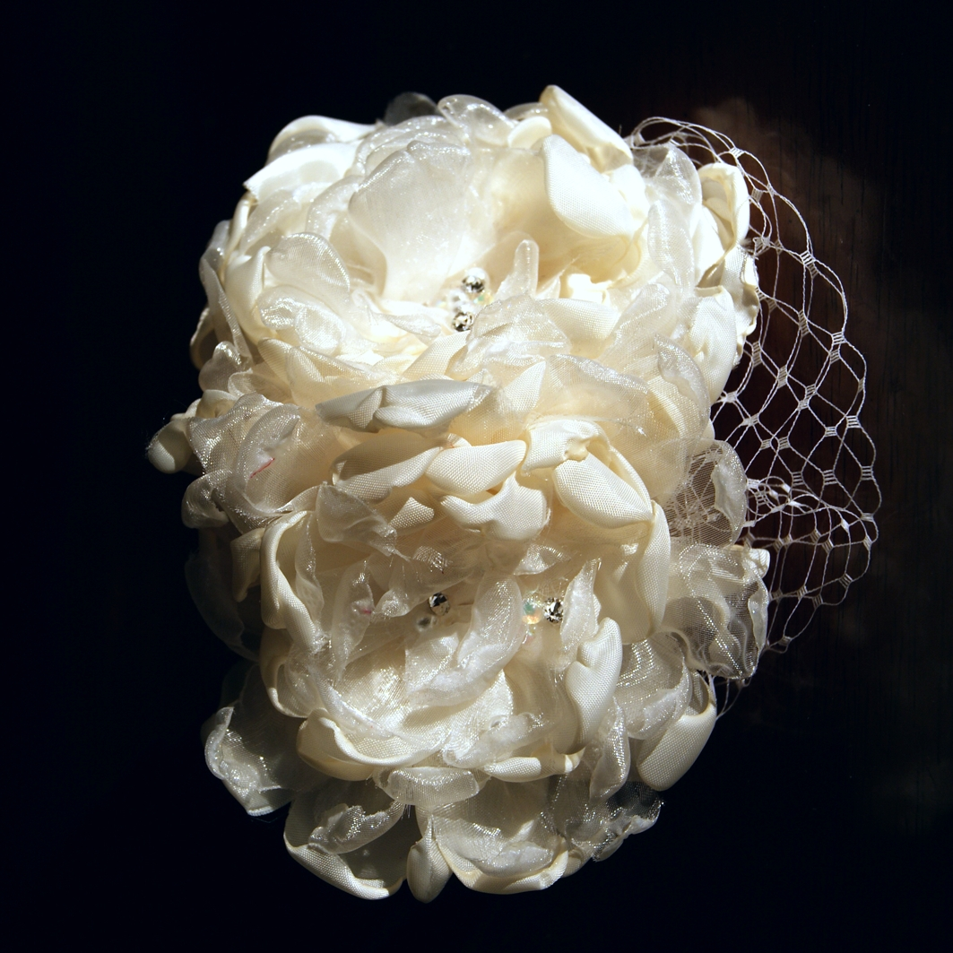 Decora con flores tocados de novia - Flores de telas hechas a mano ...