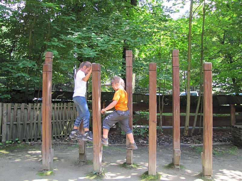 Atrakcje przy spichlerzu w Drewnianym Miasteczku.